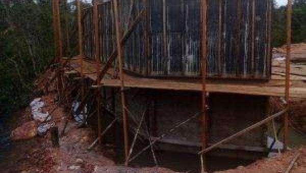 Obra de construção de uma ponte sobre o Rio Centro, na estrada vicinal que liga a sede do nosso município as regiões Raposa, Mata e Serrinha